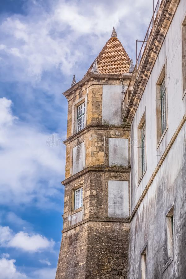 Вид сзади здания королевского дворца, Paço реальное; с башней, принадлежа университету Коимбры, Португалия стоковые изображения rf