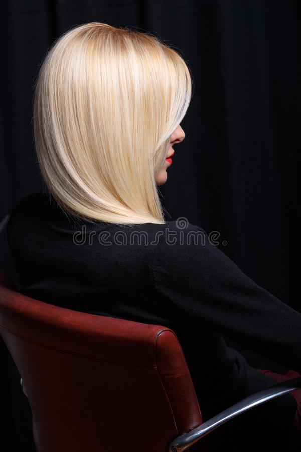 krasivaya-blondinka-daet-szadi-para-lezhit-na-krovati-foto