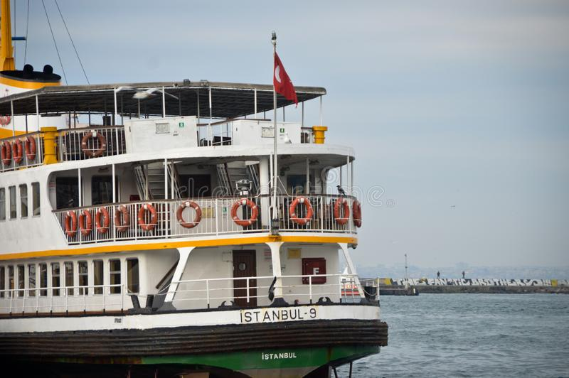 Вид сзади пассажирского парома Стамбула стоковое изображение