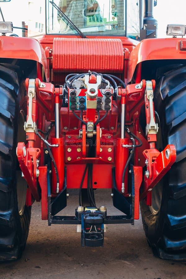 Вид сзади современного аграрного трактора Гидравлическая заминка Гидравлическая поднимаясь рамка стоковое фото rf
