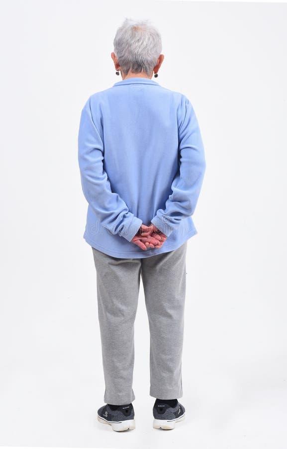 Вид сзади старшей женщины с sportswear на белизне стоковые фото