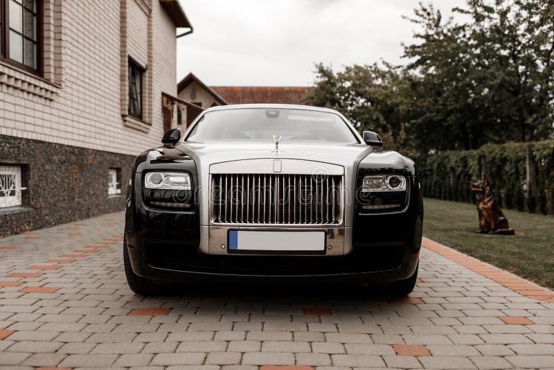 Вид спереди автомобиля Rolls Royce стоковое фото rf