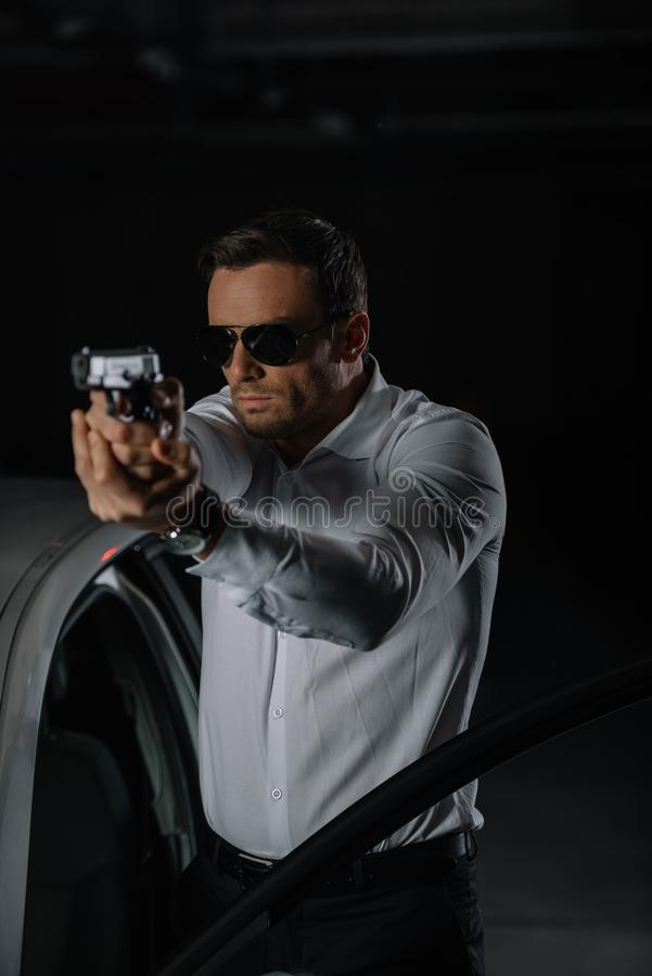 вид спереди агента прикрытия мужского в направлять солнечных очков стоковая фотография rf