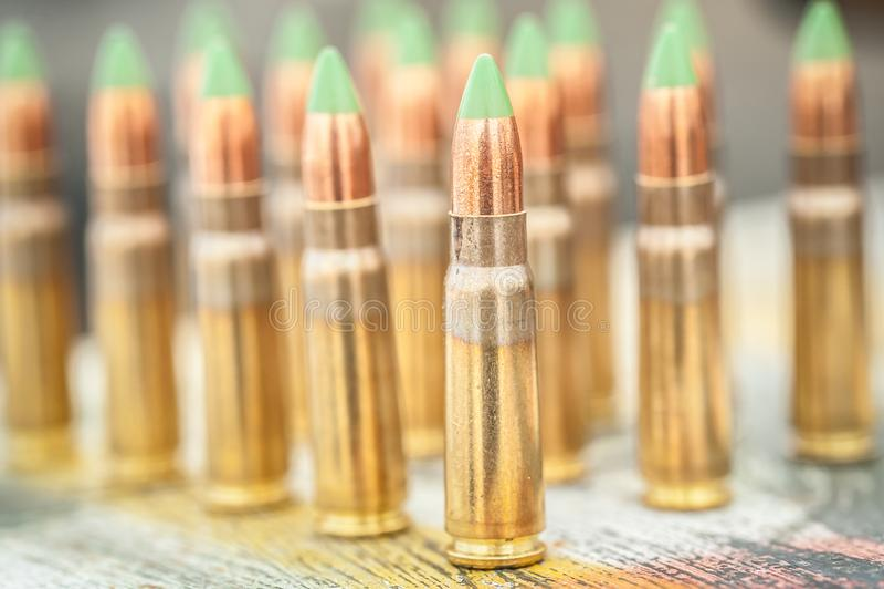 Вид спереди боеприпасов для пулемета винтовки на таблице стоковое фото