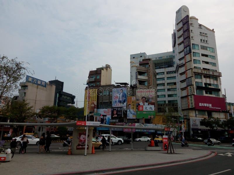 Вид спереди железнодорожного вокзала, толпы автобуса и доски рекламы избрания стоковые изображения