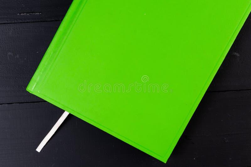 Вид спереди закрыл покрашенную закладку тетради внутрь E Писать вниз идеи, проекты, цели стоковое изображение
