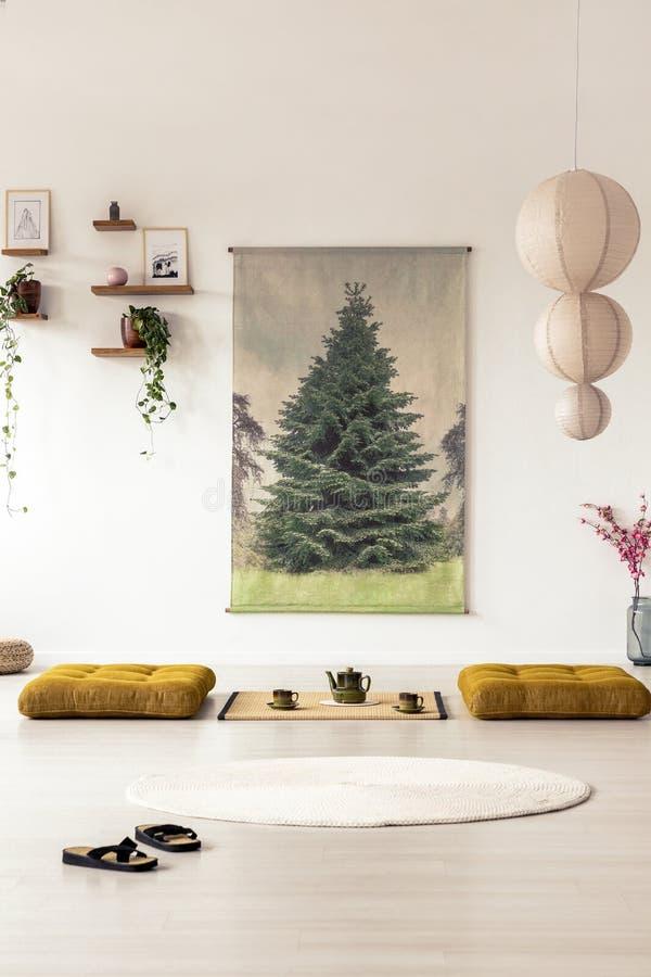 Вид спереди кувырков в азиатском интерьере столовой с a стоковые фото
