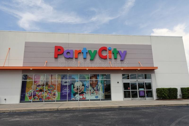 Вид спереди магазина города партии стоковые фотографии rf