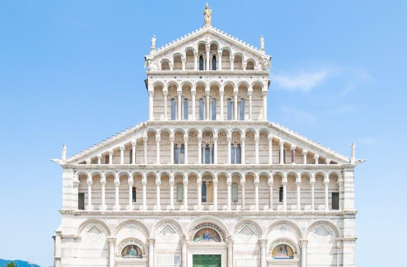 Вид спереди орнаментального портала романск собора Пизы - римско-католического собора предназначенного к предположению  стоковые изображения rf