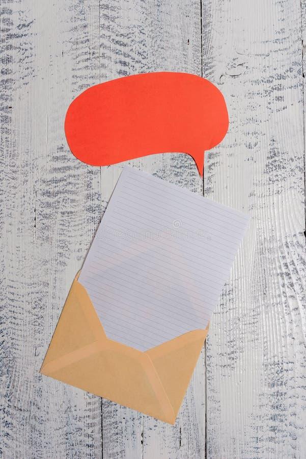 Вид спереди открытый охватывает предпосылку листа бумаги пузыря речи лежа деревянную старую ретро винтажную деревенскую Пустое бу стоковое изображение