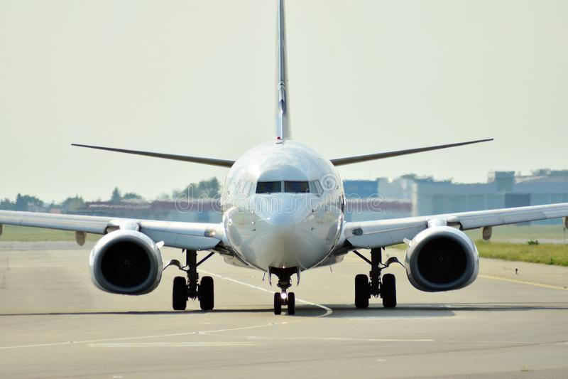 Вид спереди самолета перед взлетом стоковая фотография rf