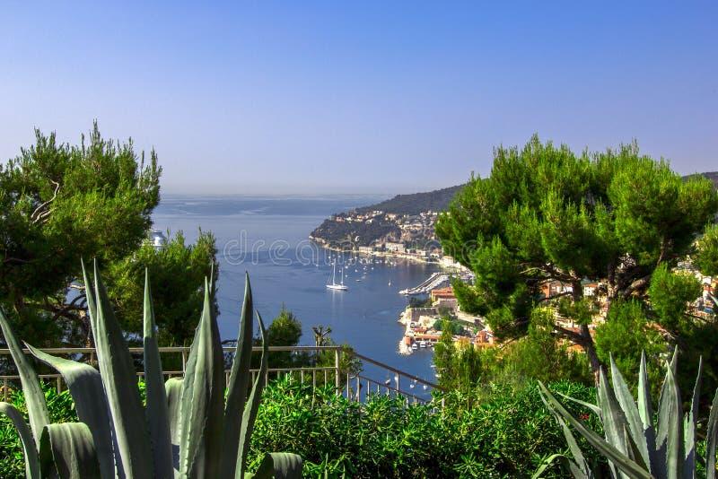 Вид спереди Средиземного моря, залив ангелов, славный, Франция стоковое изображение rf