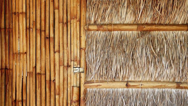 Вид спереди традиционного дома с бамбуковой дверью и покрыванной соломой стеной стоковые фото