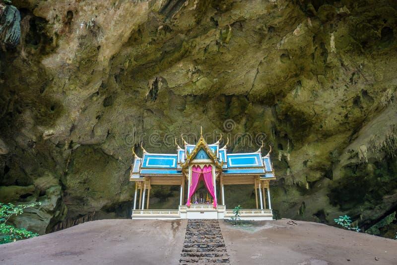 Вид спереди трона Khuha Kharuehat на насыпи в полом месте стоковое изображение rf