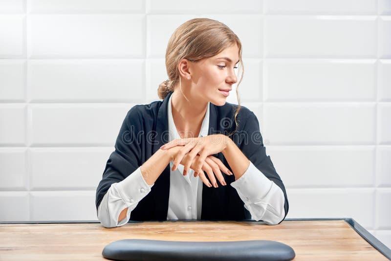 Вид спереди элегантной женщины смотря сторону и показывая новый маникюр стоковое изображение
