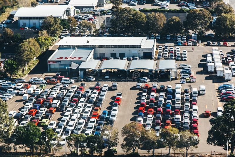 Вид с воздуха автостоянки и автомобилей в строках стоковое изображение rf