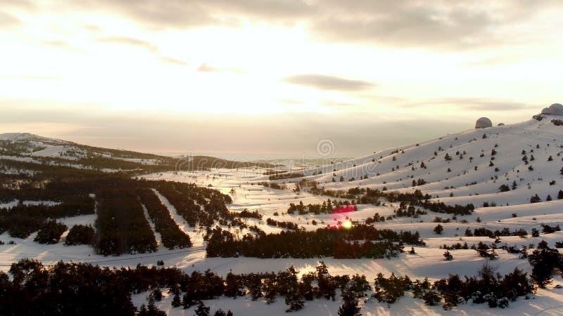 Вид с воздуха астрофизической обсерватории в wintertime в снежном лесе, Крыме съемка Красивый ландшафт снежного стоковая фотография