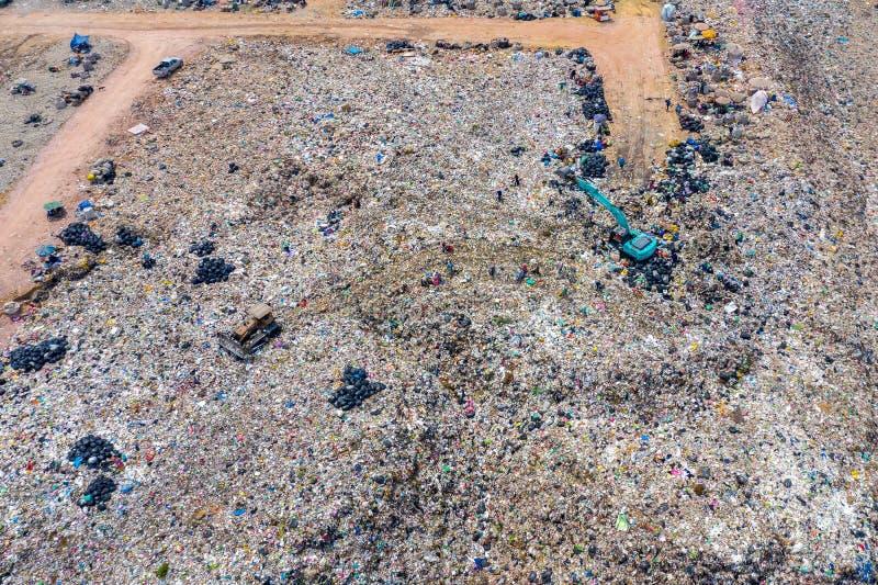 Вид с воздуха большого места захоронения отходов Ненужная свалка мусора стоковые фото