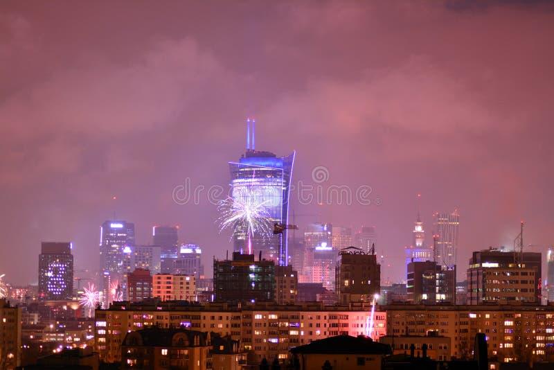 Вид с воздуха Варшавы Городская Варшава на ноче Фейерверки ` s Eve Нового Года стоковые изображения rf