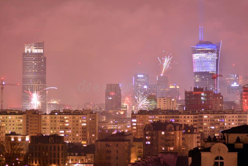 Вид с воздуха Варшавы Городская Варшава на ноче Фейерверки ` s Eve Нового Года стоковое фото