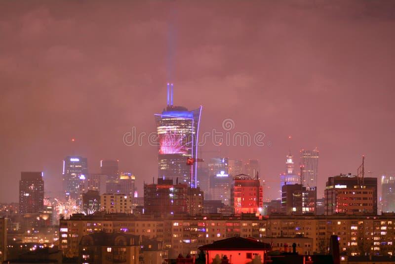 Вид с воздуха Варшавы Городская Варшава на ноче Фейерверки ` s Eve Нового Года стоковое изображение rf