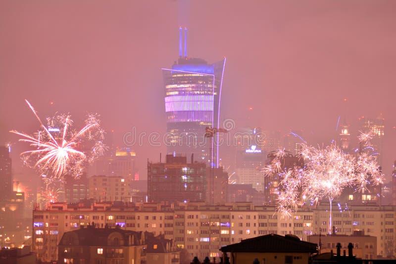 Вид с воздуха Варшавы Городская Варшава на ноче Фейерверки ` s Eve Нового Года стоковые изображения