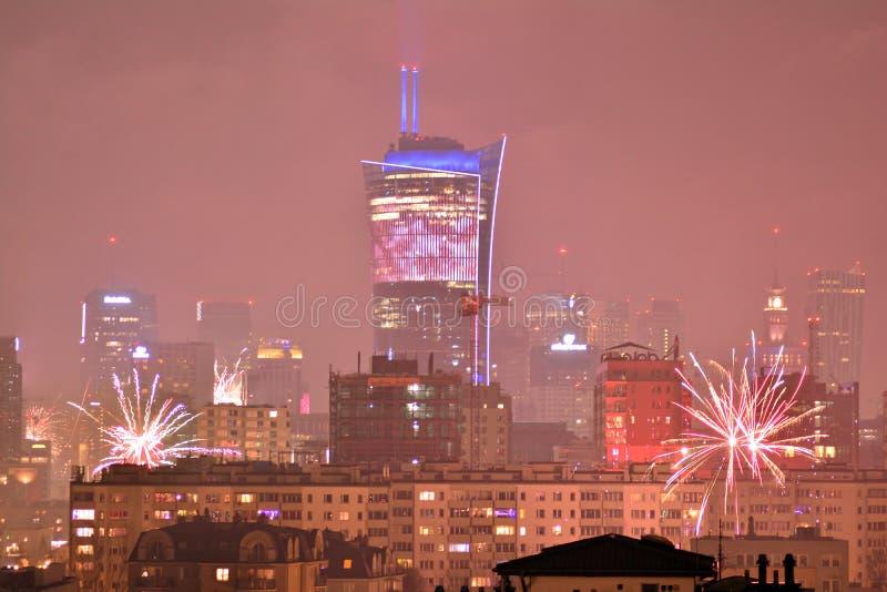 Вид с воздуха Варшавы Городская Варшава на ноче Фейерверки ` s Eve Нового Года стоковое фото rf