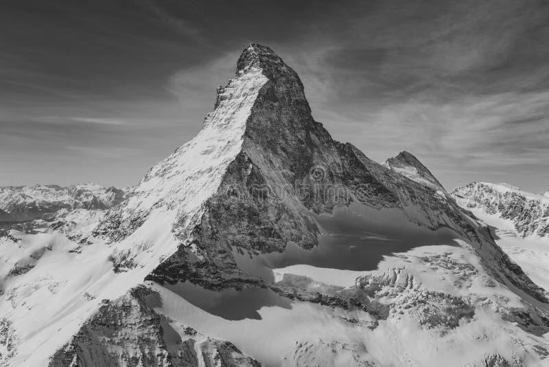 Вид с воздуха величественной горы Маттерхорна в черно-белом стоковое фото rf