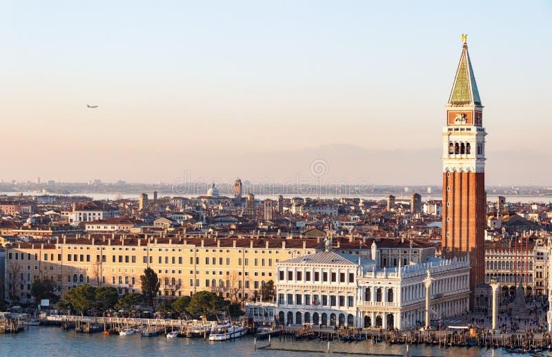 Вид с воздуха Венеции с колокольней Сан Marco в заходе солнца стоковая фотография rf