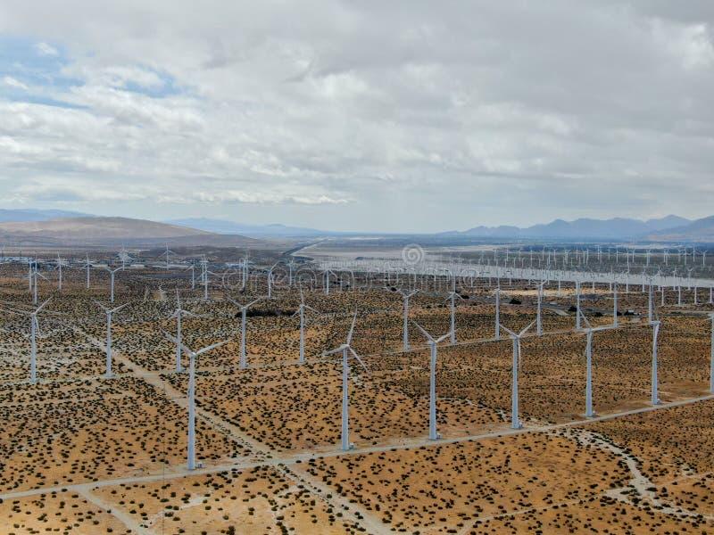 Вид с воздуха ветротурбин распространяя над пустыней в ветровой электростанции Palm Springs стоковая фотография rf