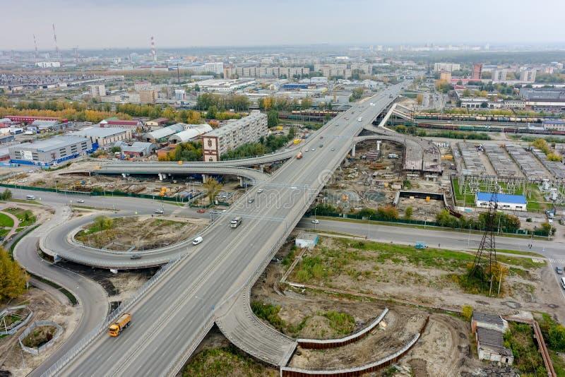 Вид с воздуха взаимообмена шоссе в современном городе стоковое изображение rf
