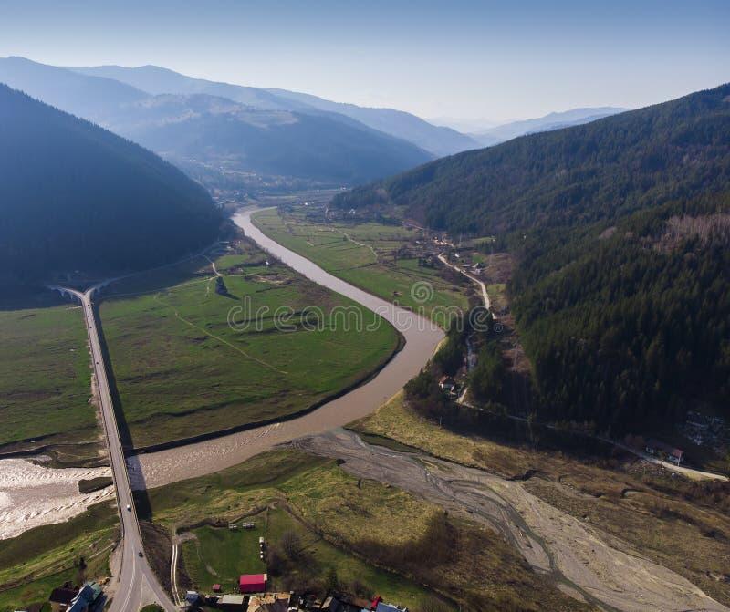 Вид с воздуха виадука Poiana Teiului и реки Bistrita стоковая фотография