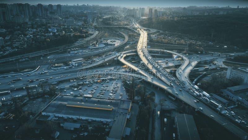 Вид с воздуха видимости дорожной сети городского движения ночи стоковое фото rf