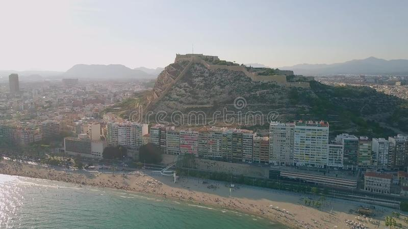 Вид с воздуха включать городского пейзажа Аликанте с видом на море и замок Санта-Барбара, Испания стоковое изображение rf