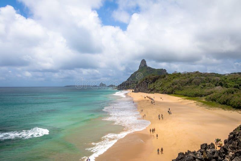 Вид с воздуха внутреннего моря mar de Dentro Пляжа и Morro делает Pico - Фернандо de Noronha, Pernambuco, Бразилию стоковые изображения rf