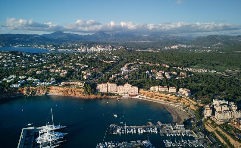 Вид с воздуха гаван Adriano с причаленными сосудами, Мальорка, Испании стоковое изображение rf