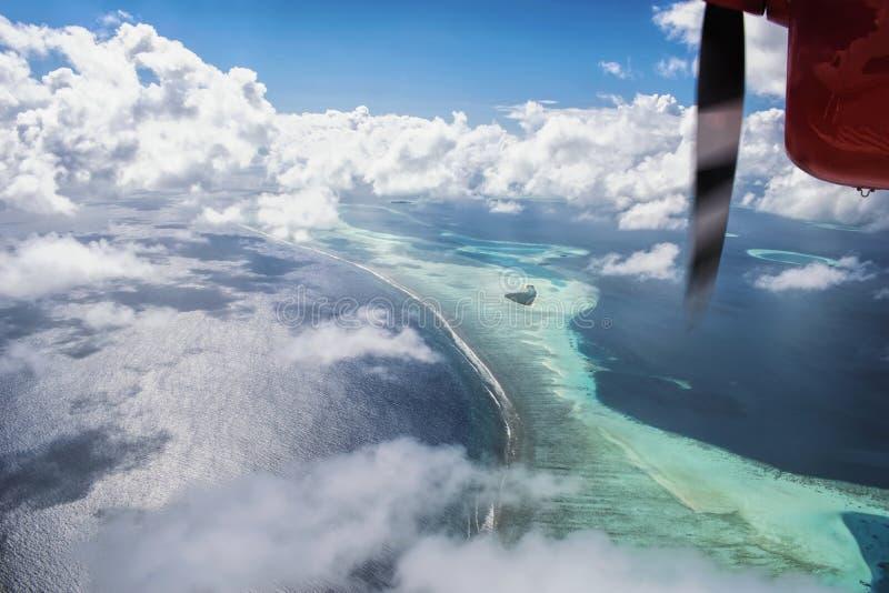 Вид с воздуха гидросамолета красивых тропических Maldive острова и se стоковая фотография rf