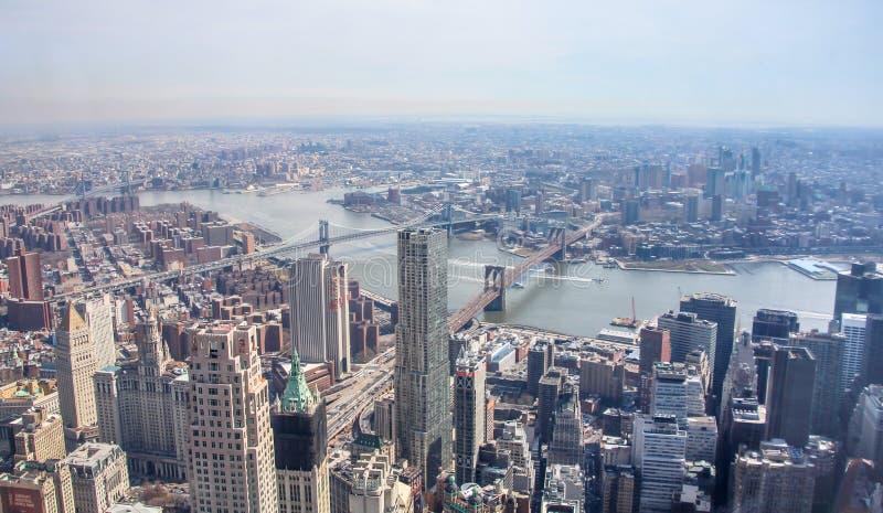 Вид с воздуха горизонта Нью-Йорка с целью Бруклина и мостов и Ист-Ривер Манхэттена стоковая фотография rf