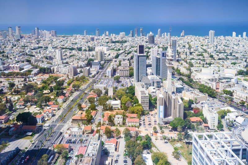 Вид с воздуха горизонта Тель-Авив с городскими небоскребами и голубым небом, Израилем стоковая фотография