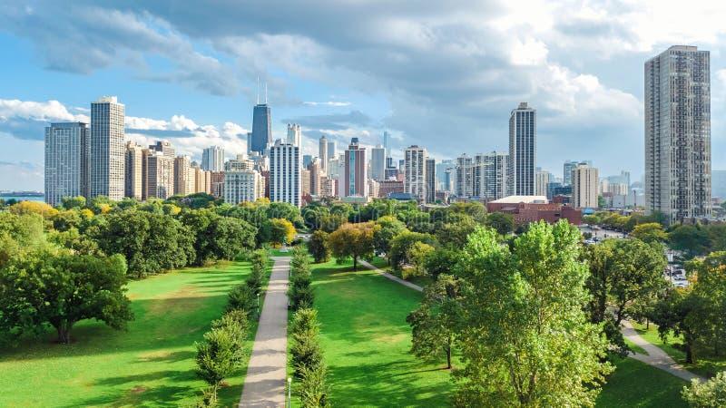 Вид с воздуха горизонта Чикаго сверху, Lake Michigan и город городского пейзажа небоскребов Чикаго городского от Lincoln Park, стоковая фотография rf