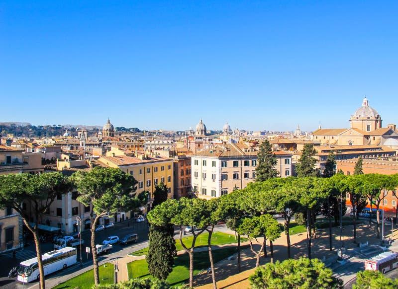 Вид с воздуха города Рима Италии от памятника Vittorio Emanuele II в зиме 2012 Красивые итальянские каменные сосны стоковые изображения rf