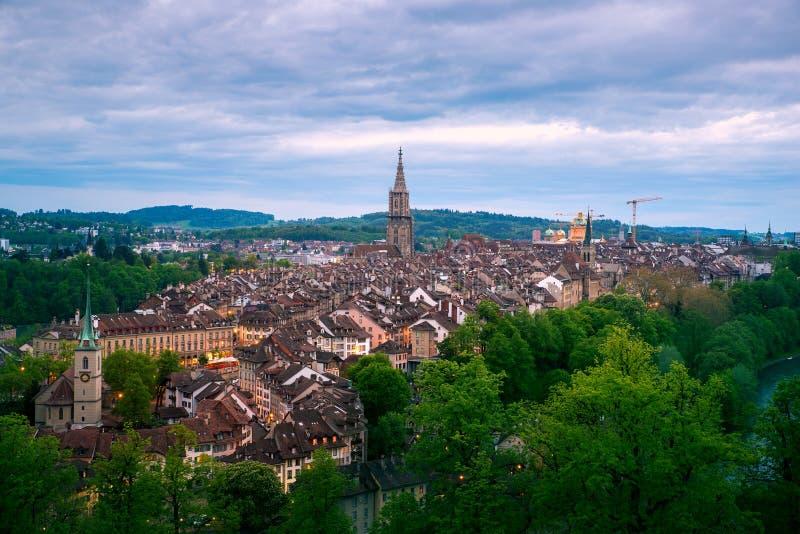 Вид с воздуха городка Bern старого с рекой Aare пропуская вокруг городка вечером в Bern, Швейцарии стоковые фото