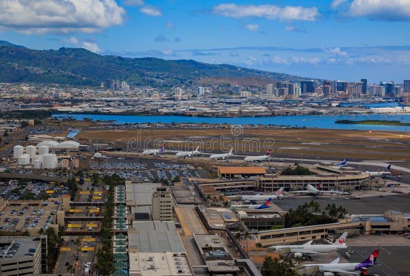 Вид с воздуха городского Гонолулу и авиапорта HNL в Гаваи стоковые фотографии rf