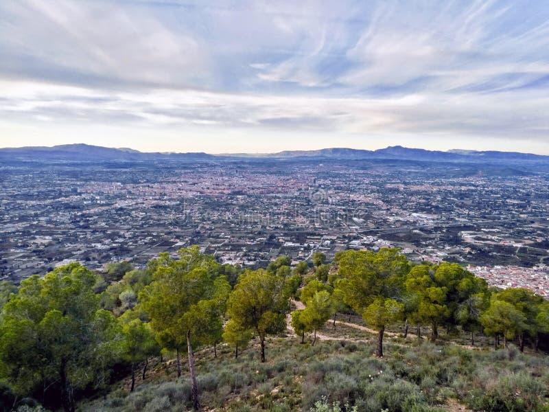 Вид с воздуха городского пейзажа наблюдал от точки зрения на горе стоковые фотографии rf