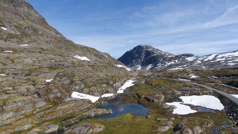 Вид с воздуха горы и дороги к Dalsnibba, ландшафту весны, Норвегии стоковая фотография rf