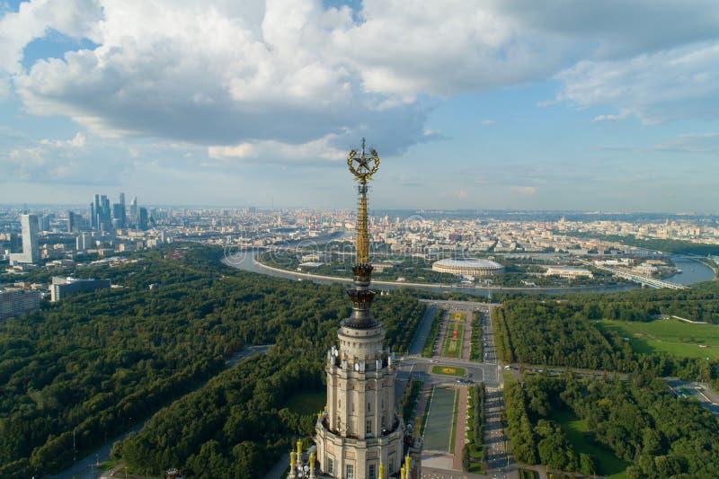 Вид с воздуха государственного университета Москвы и парка в Москве стоковое фото rf