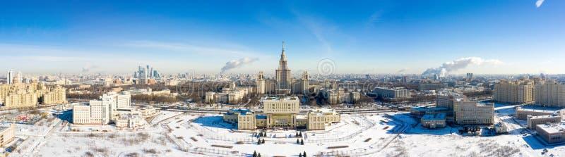 Вид с воздуха государственного университета на холмах воробья, Москвы Lomonosov Москвы, России Панорама Москвы с основой стоковые изображения rf