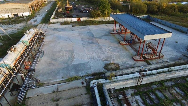 Вид с воздуха депо нефтехранилища с набором танков с топливом транспортированным рельсом шток Вид с воздуха нефти стоковые изображения rf