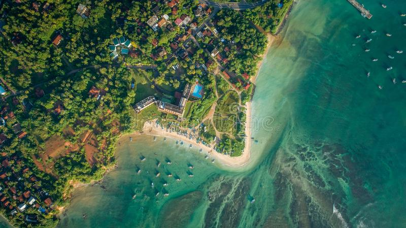 Вид с воздуха деревни и береговой линии рыболова стоковые изображения rf