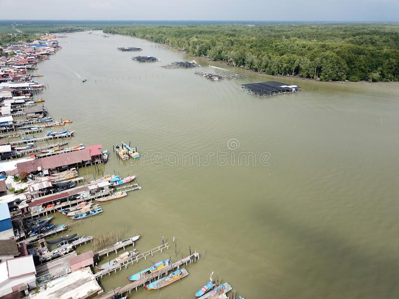 Вид с воздуха деревни ` s рыболова на Kuala Gula, Perak, Малайзии Селективный фокус стоковая фотография rf
